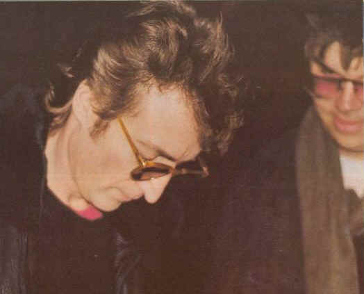 John Lennon firma un autografo a Mark David Chapman, colui che lo assassinerà dopo poche ore. E' l'8 dicembre 1980 (Photo by: Paul Goresh).